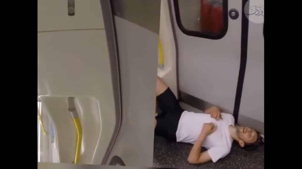 رجل يسبق مترو الأنفاق ركضا إلى المحطة التالية