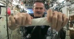 كيف تعصر المنشفة في الفضاء