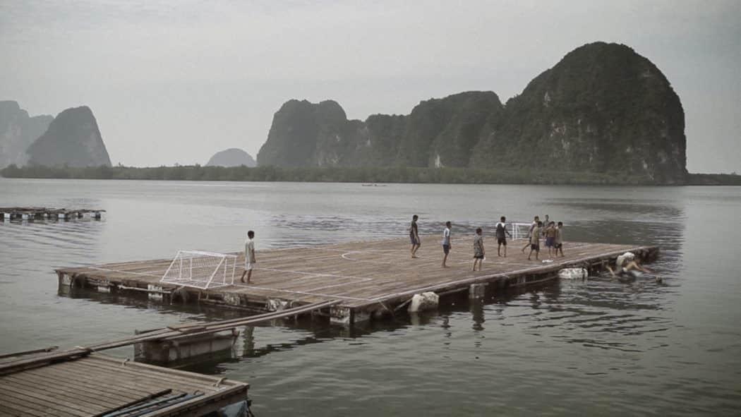 !لعبوا كرة القدم فوق الماء.. فأسسوا أحد أكبر الأندية