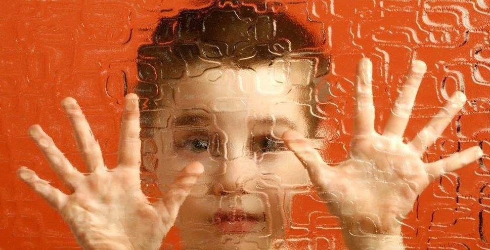 8 دلائل على إصابة الطفل بمرض التوحد
