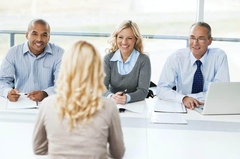 كيفية تخطي مقابلة العمل بنجاح في 7 خطوات