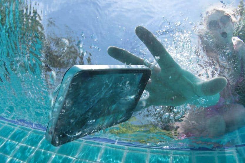 كيف تنقذ الهاتف الغارق بعد وقوعه في الماء؟