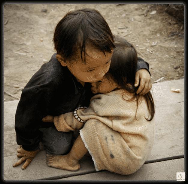يتيم يحمي شقيقته في بورما.. فما حقيقة الصورة؟