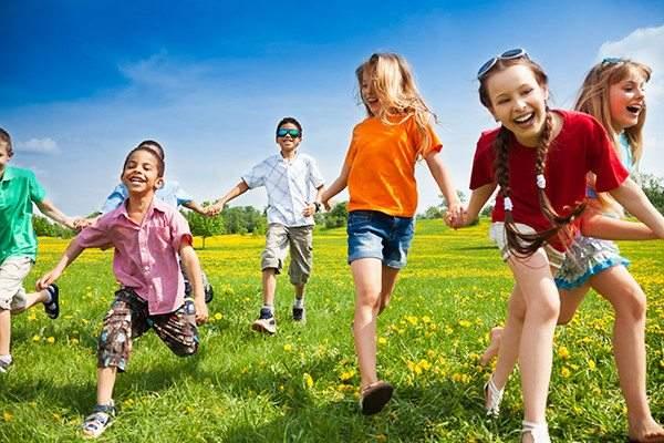 كيف تجعل أطفالك يهنأون بطفولتهم؟