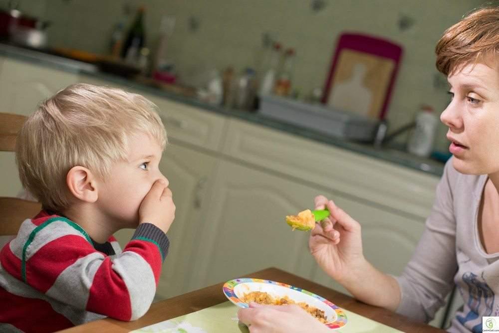 كيف تشجع طفلك على تناول الطعام دون عناد؟