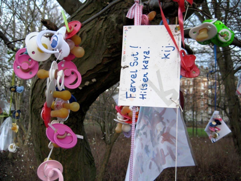 لهاية على أشجار الدنمارك.. أغرب طرق تربية الأطفال حول العالم