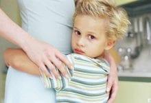 نصائح مهمة للتغلب على تعلق الطفل بأمه