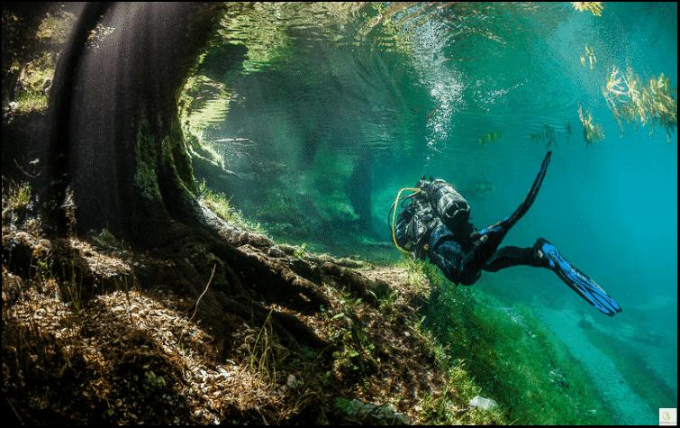 مدينة تحت الماء.. ظاهرة تحول حديقة عادية بالشتاء إلى البحيرة الخضراء المذهلة بالصيف!