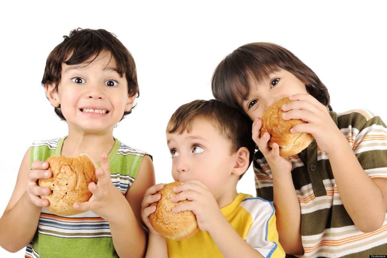 أضرار الوجبات السريعة على صحة طفلك