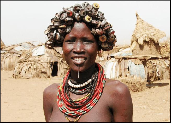 أسنان منحوتة وقرون فوق الرؤوس.. وأغرب معايير جمال النساء حول العالم