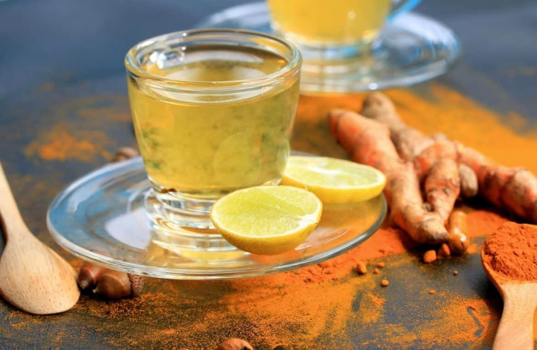 ماذا يحدث للجسم عند تناول الليمون مع الكركم