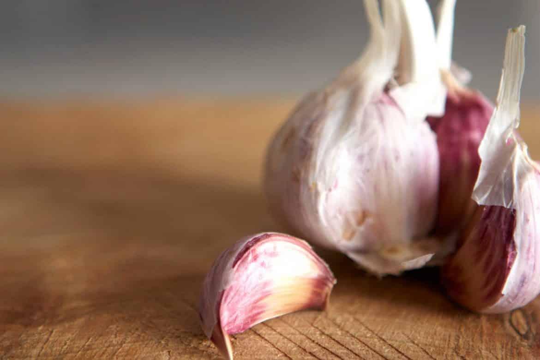 طرق بسيطة للتخلص من رائحة الثوم باليدين فورا