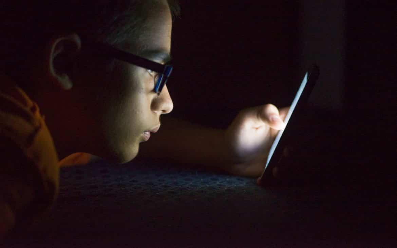ما هو الحد الأقصى لاستخدام المراهقين للأجهزة الإلكترونية؟