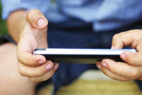 إبهام الهواتف مرض العصر الحديث