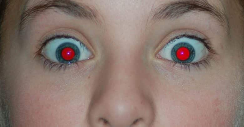 حقيقة علمية.. سر العين الحمراء المرعبة التي تظهر في الصور!