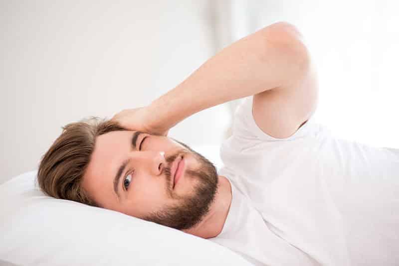هل يؤدي إيقاظ النائم باسمه للإصابة بتلف الدماغ؟