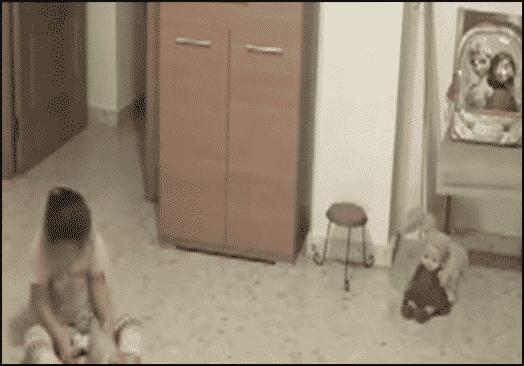 زرع كاميرات لمعرفة ما يخيف طفلته.. فعجز عن تفسير ما سجلته