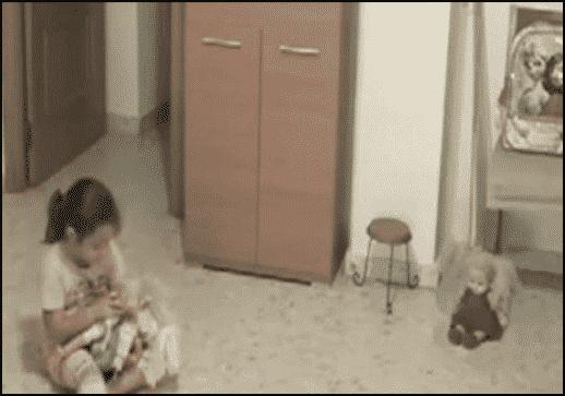 زرع كاميرات لمعرفة ما يخيف طفلته.. فماذا وجد ليثير هلعه؟ 2