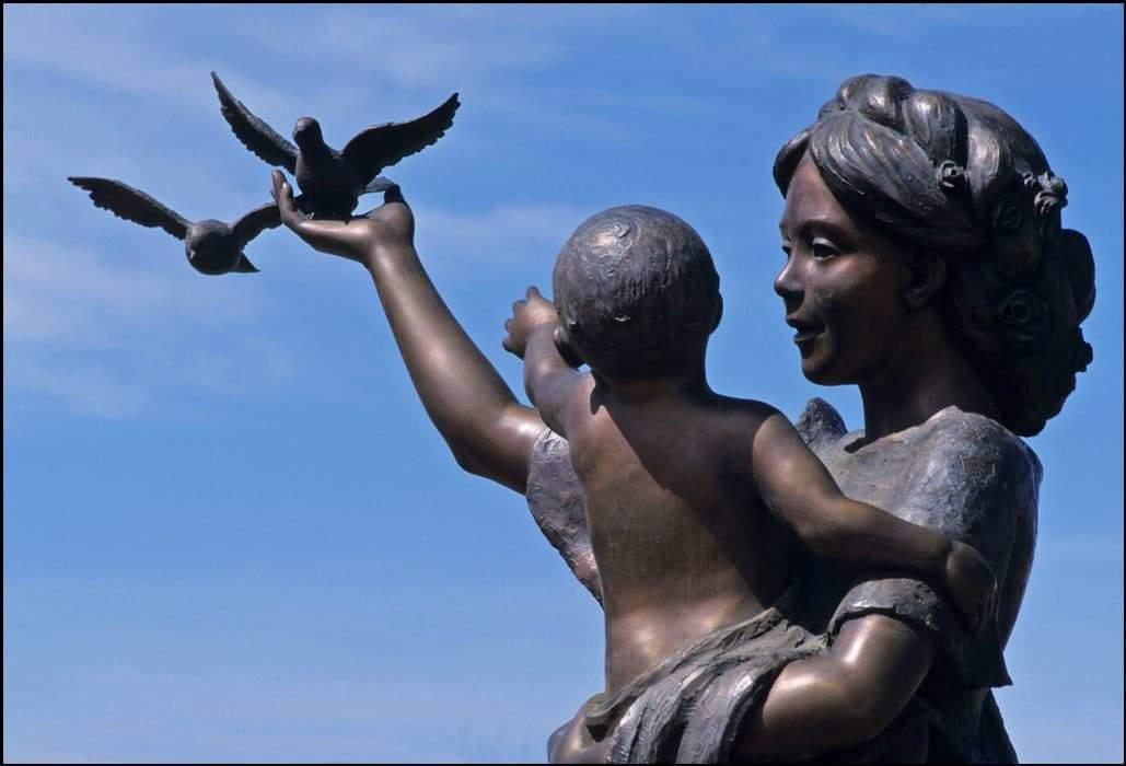 منحوتات عبقرية تجسد علاقة الأم بأطفالها 1