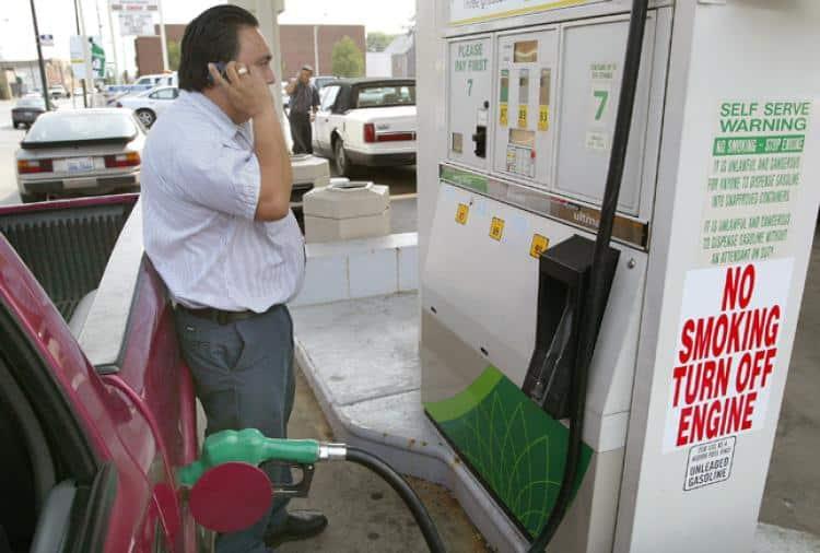 استخدام الهاتف بمحطات الوقود.. هل يؤدي للانفجار؟