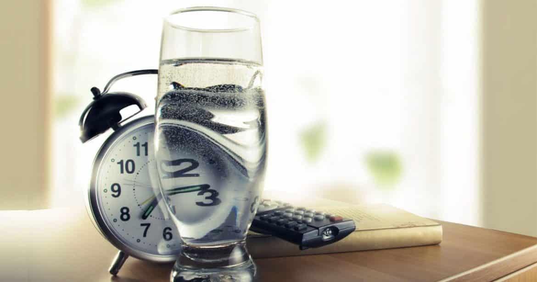 شرب الماء على الريق.. عادة يابانية صحية وتقليد هندي ضار!