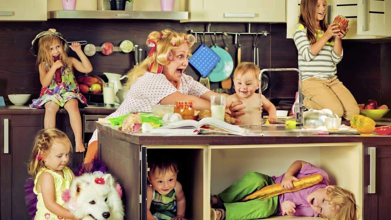 دراسة تكشف: الأمومة دوام كامل في وظيفتين ونصف