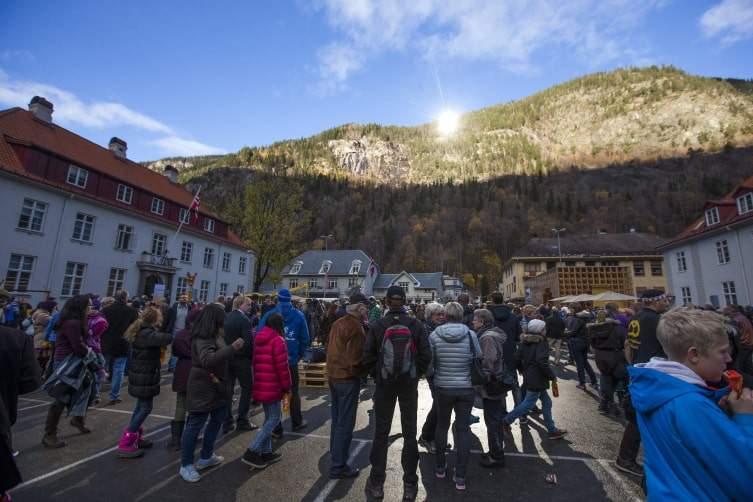 """قرية """"روجان"""" النرويجية.. حيث تضيء الشمس دون أن تشرق عليها!"""