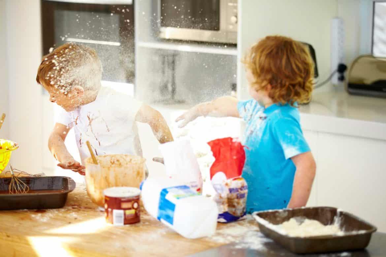 6 تصرفات تجعل طفلك شقيا.. والحل بين يديك!