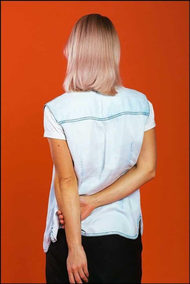لغة الجسد.. 10 إشارات تقلل من جاذبيتك أمام الآخرين 1