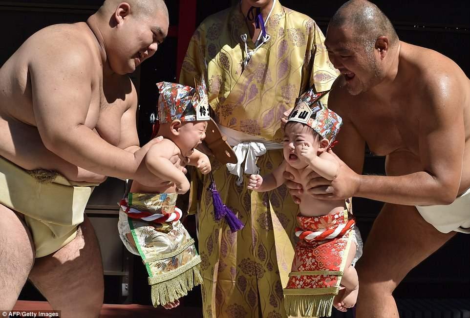 أغرب المسابقات.. لماذا يجبر اليابانيون أطفالهم على البكاء؟