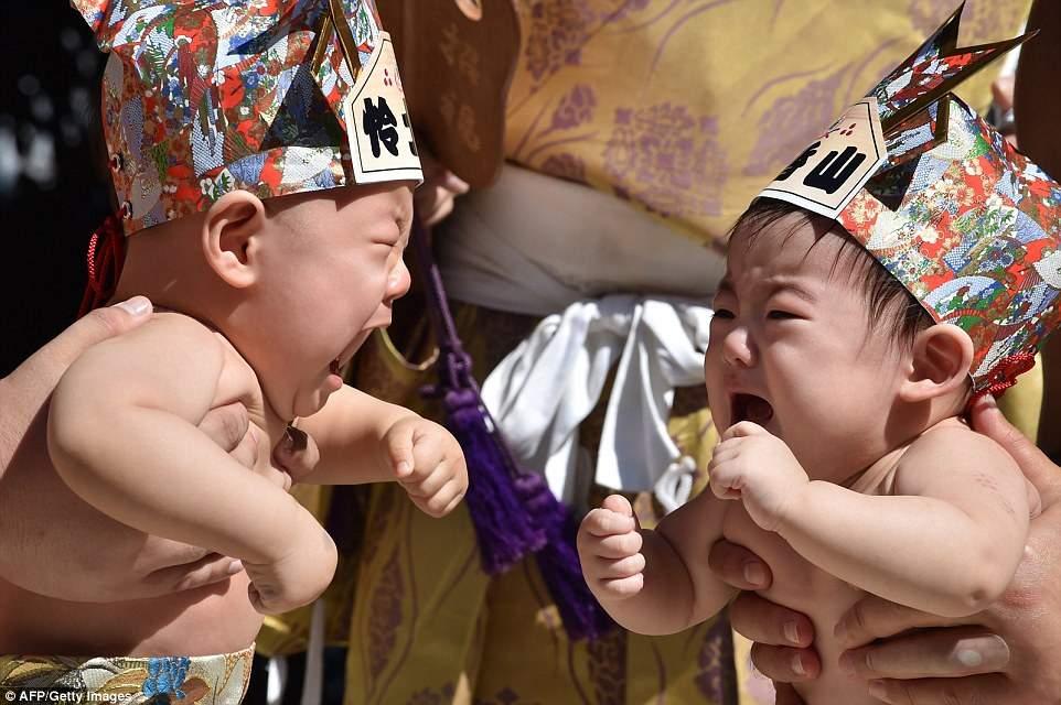أغرب المسابقات.. سر إجبار الأطفال على البكاء في اليابان
