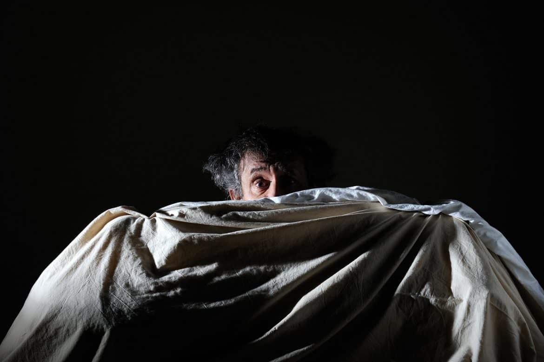 لماذا لا نرتاح عند النوم خارج المنزل؟ العلماء يجيبون