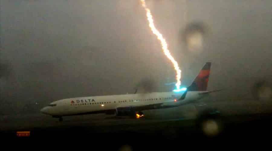 ماذا يحدث لو تعرضت الطائرة لصاعقة برق؟ هل تصاب بكارثة؟