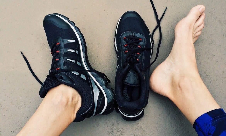 حتى لا تذهب أموالك هباء.. 10 نصائح ذكية لاختيار الحذاء المثالي