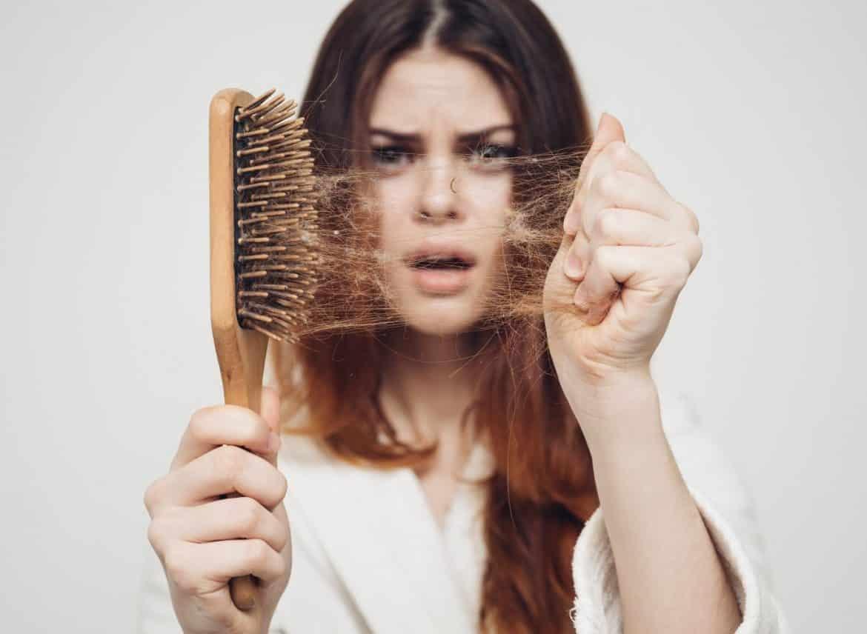 تساقط الشعر.. تعددت الأسباب والعلاج في متناول يديك