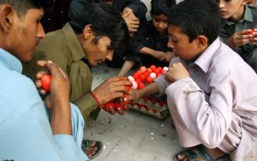 عبادة وتكافل.. وبيض مسلوق على الطريقة الباكستانية