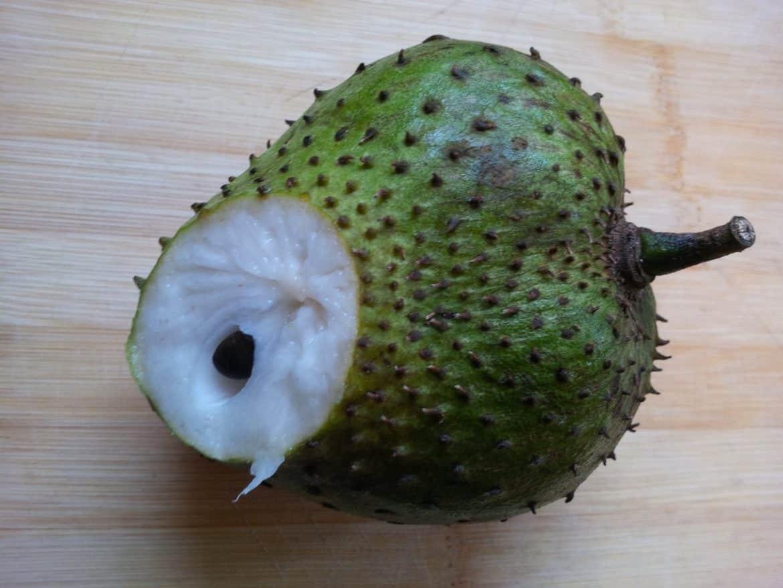 """هل تساعد فاكهة القشطة """"السورسوب"""" على علاج السرطان حقا؟"""