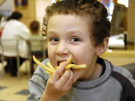 الأكل العاطفي عند الأطفال.. عادة موروثة أم مكتسبة؟