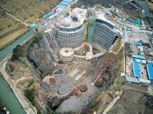 """""""فندق الهوة العميقة"""".. صنع في الصين! 2"""