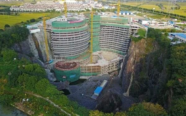 """""""فندق الهوة العميقة"""".. صنع في الصين! 3"""