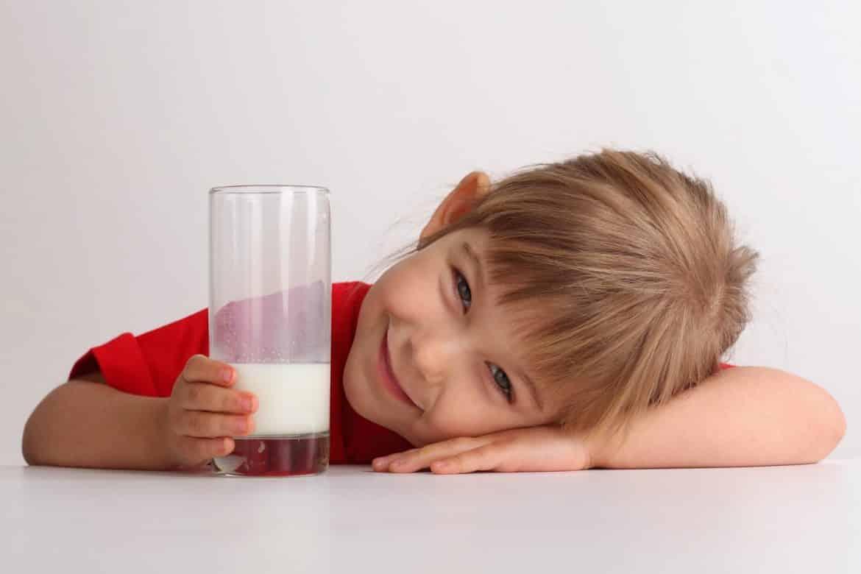 للصغار والكبار.. فوائد صحية رائعة عند شرب الحليب