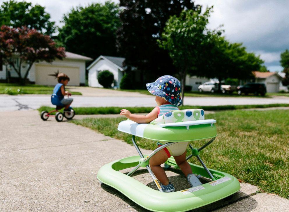 مشايات الرضع.. الخطر المحدق بالأطفال