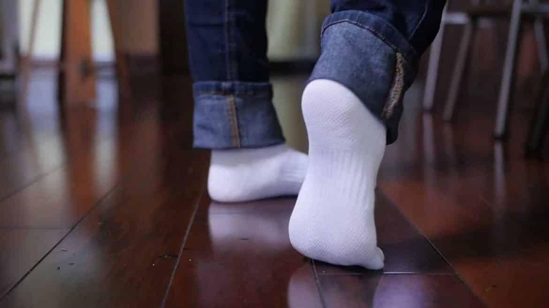 العودة للمدرسة.. 6 طرق فعالة لتنظيف الجوارب البيضاء
