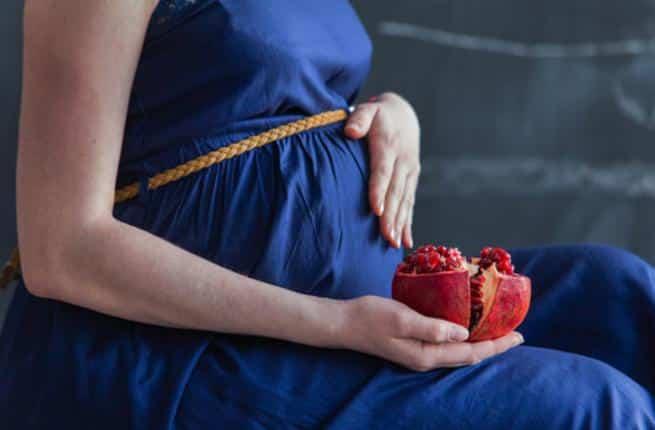 مهمة وضرورية.. فوائد الرمان للحامل