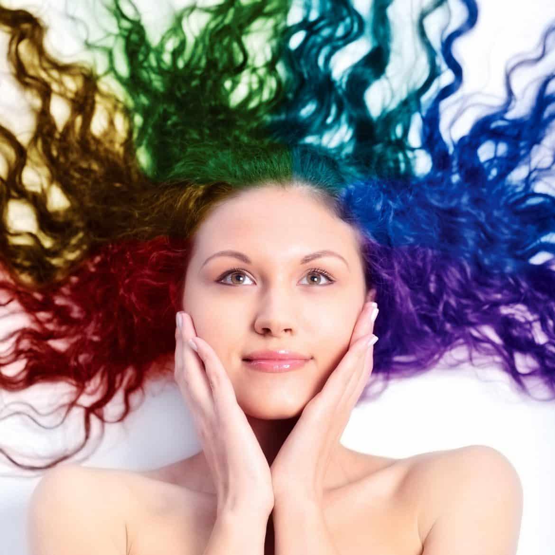 دون آثار جانبية.. الحناء حل سحري لتلوين الشعر