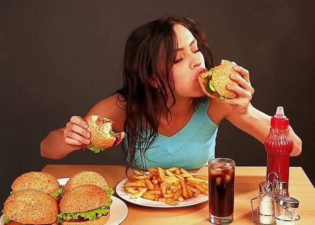 الأكل العاطفي.. ما هو؟ وكيف نسيطر عليه؟