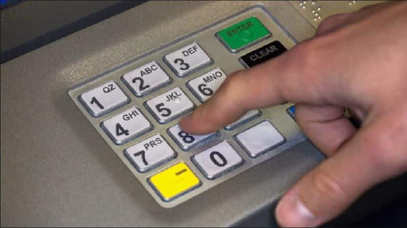 عند التعرض للسطو.. هل ندخل الرقم السري للحساب المصرفي معكوسا لتنبيه الشرطة؟