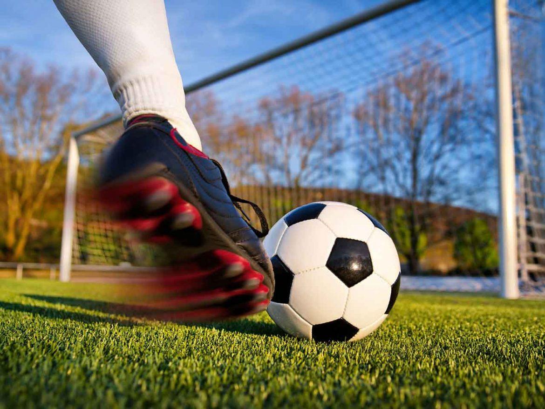 صراع ملوك بريطانيا مع كرة القدم ما بين الكراهية والسجن