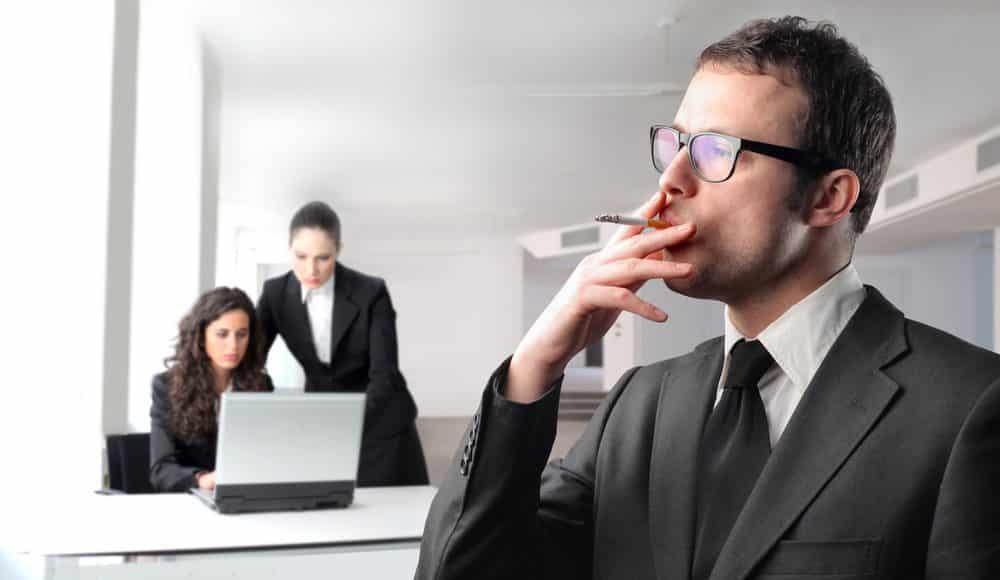 دراسة.. كلما قمت بالتدخين كلما قل راتبك
