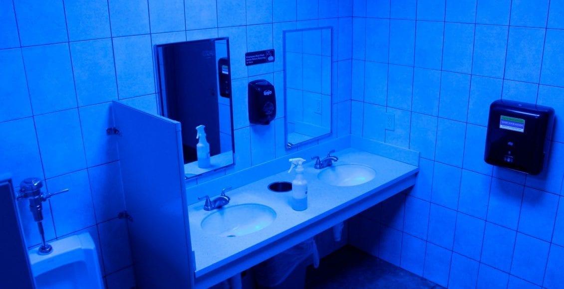 """""""أضواء الحمامات الزرقاء"""".. الحيلة الأحدث لمواجهة خطر الإدمان"""